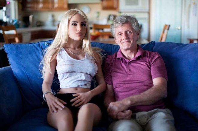 James, el hombre que se acuesta, pasea y cena en restaurantes con su muñeca sexual... con el beneplácito de su mujer