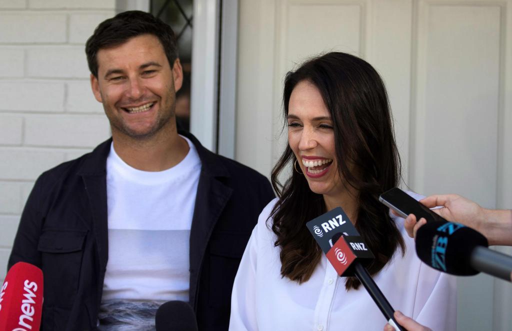 La primera ministra de Nueva Zelanda, Jacinda Ardern, anuncia su embarazo junto a su pareja.