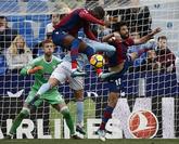 Los jugadores del Levante disputan el balón con el jugador del Celta,...
