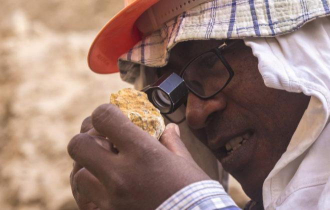 Uno de los miembros que participa en el proyecto de extracción de oro de Abu Marawat, en Egipto.