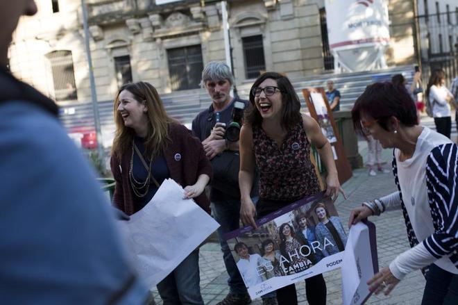 Laura Pérez, en el centro y con un cartel electoral en las manos,...