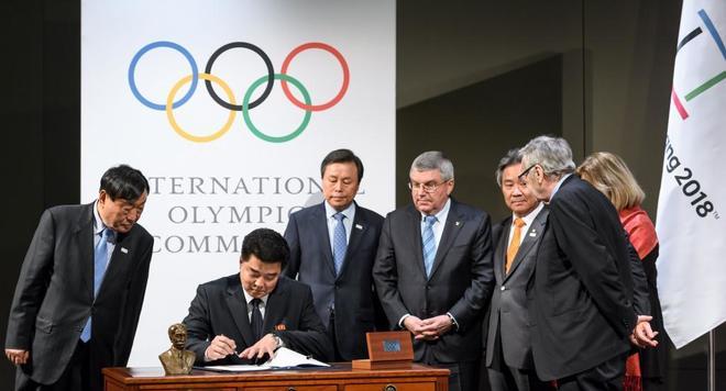 Ministros de las dos Coreas junto al presidente del COI, Thomas Bach, en Lausana.