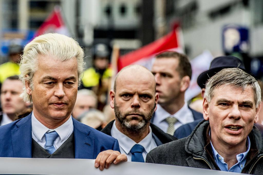 Geert Wilders y su homólogo belga, Filip Dewinter, en la marcha de hoy en Rotterdam.