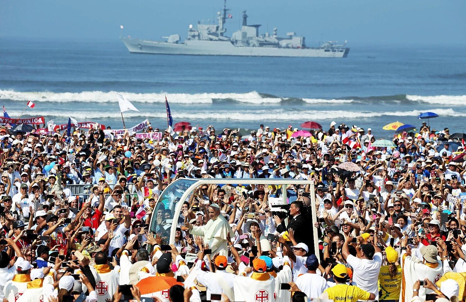 El papa Francisco, a su llegada a la playa de Huanchaco, en Trujillo, Perú.