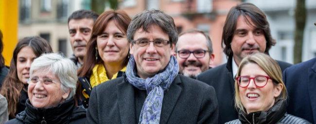 Carles Puigdemont, el pasado viernes en Bruselas con algunos de los...