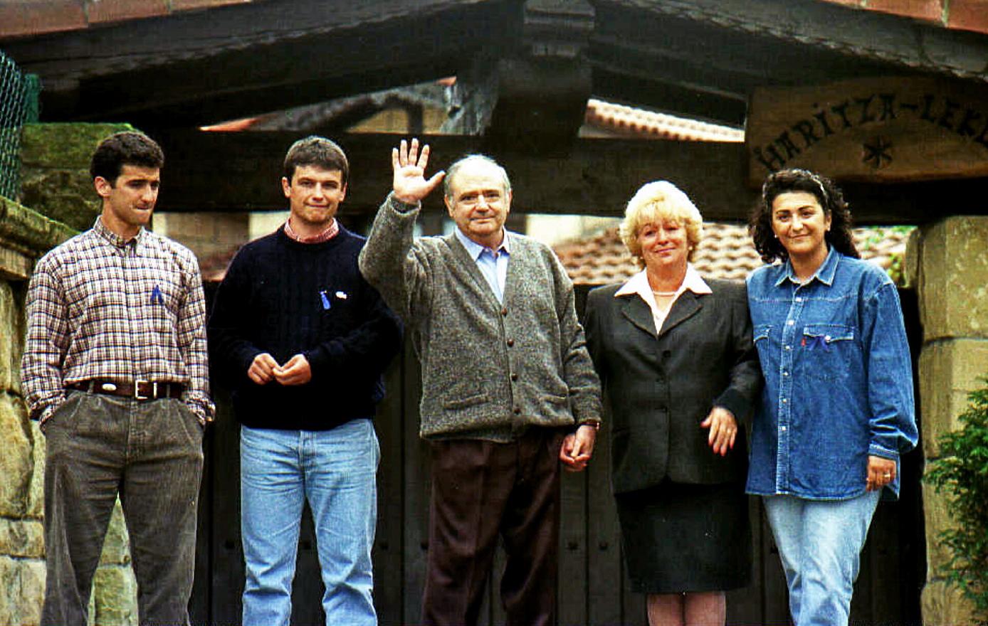 José María Aldaya, en el centro, tras su liberación en 1996,...