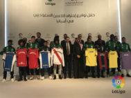 Los nueve jugadores de Arabia Saudí posan con las camisetas de sus equipos en España.