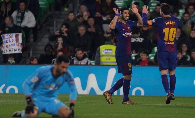 Suárez y Messi festejan ante Adán uno de sus goles en el Villamarín.