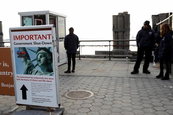 Un anuncio del cierre de la Estatua de la Libertad debido al...