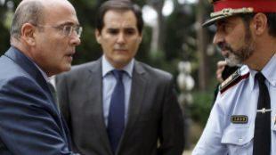Diego Pérez de los Cobos saluda al ex mayor de los Mossos Josep Lluis...