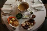 Su cocido, fino y fácil de digerir, se sirve en dos vuelcos y medio:...