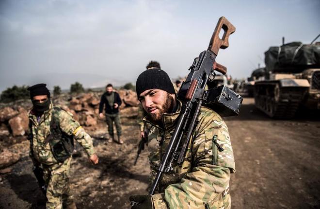 Soldados turcos avanzan desde Hassa, en la frontera turcosiria, como parte de la 'operación Rama de olivo'.