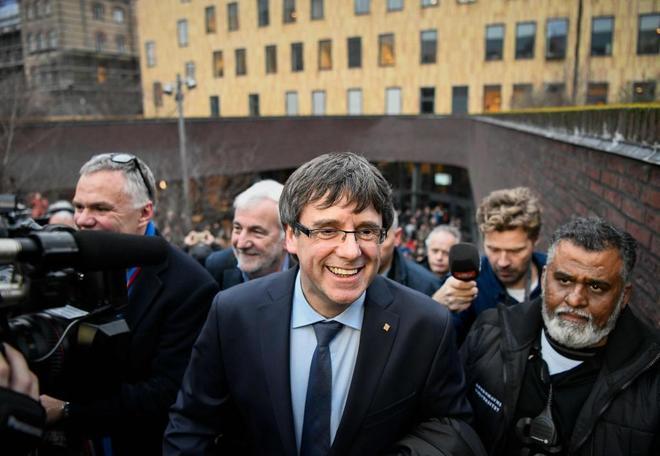 El ex president Carles Puigdemont abandona la Universidad de...