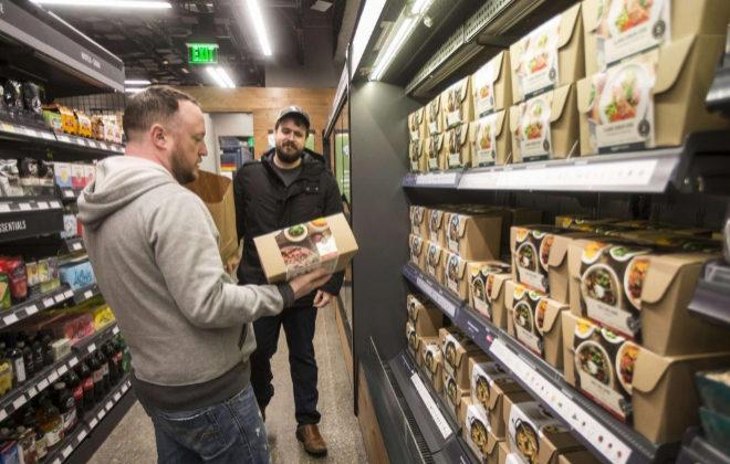 Varios de los clientes que ayer estrenaron el supermercado sin cajeros de Amazon.