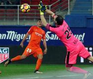 El portero del Eibar, Dmitrovic, detiene un lanzamiento de Mula, del Málaga.