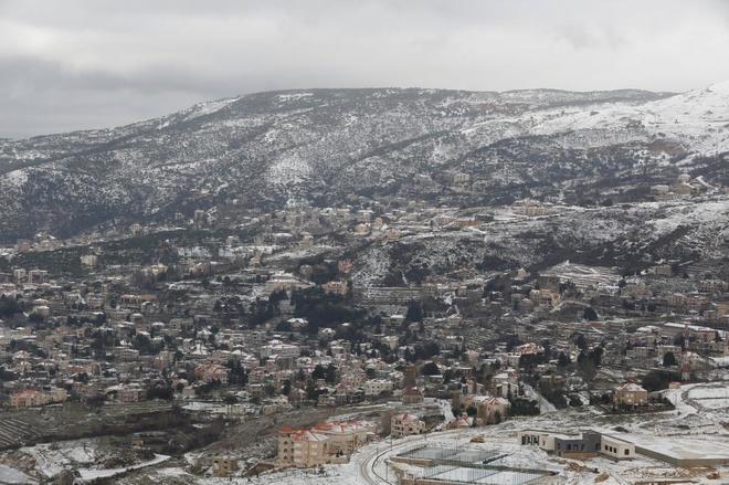 La nieve cubre las montañas cerca del pueblo de Sawfar, en el centro del Líbano.