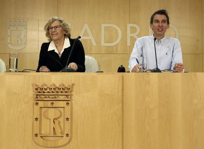 La alcaldesa de Madrid, Manuela Carmena, junto al delegado de Participación Ciudadana, Pablo Soto, presenta en rueda de prensa los presupuestos participativos del Ayuntamiento.