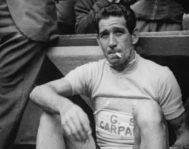 El ciclista italiano Gastone Nencini, fumando un cigarro tras ganar el Tour de Francia en 1960.