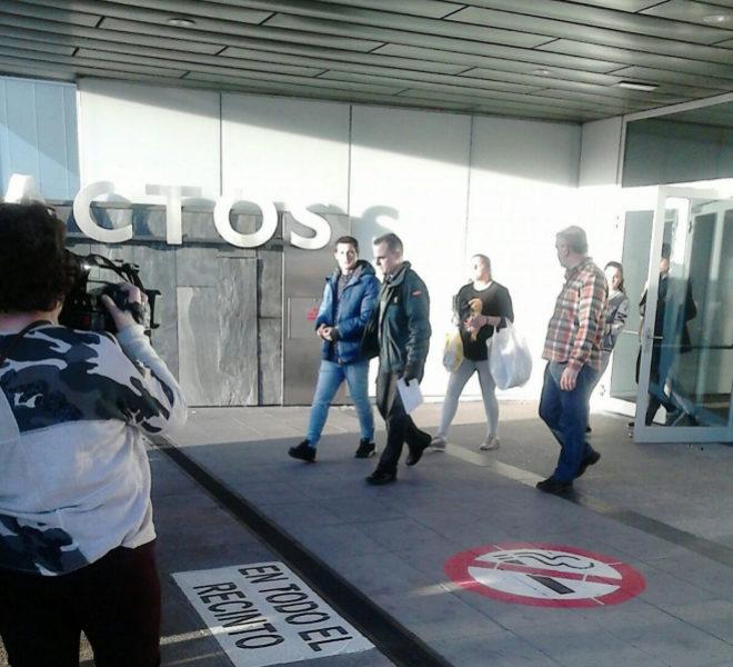 Un guardia civil se lleva esposado a Gonzalo Montoya tras abandonar el...