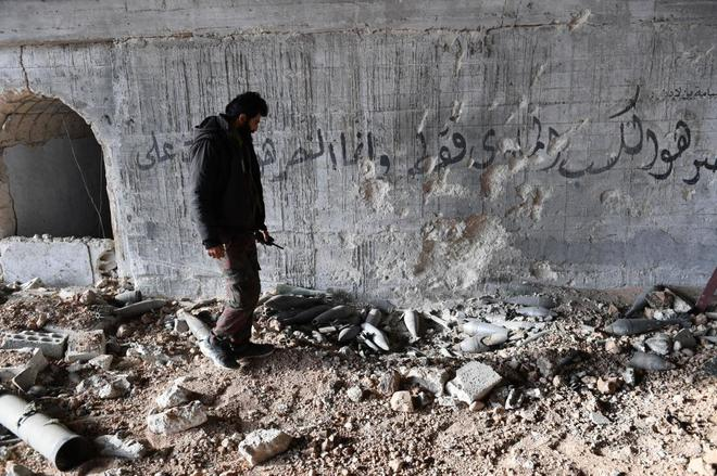Un soldado sirio revisa un mortero en la base aérea de Abu Duhur (Idlib).