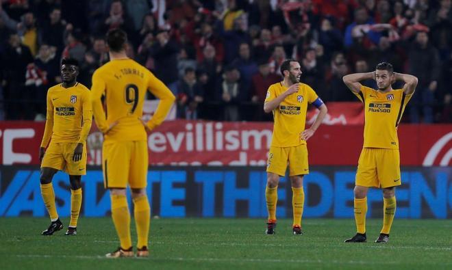 Los jugadores del Atlético se lamentan tras recibir el tercer gol.