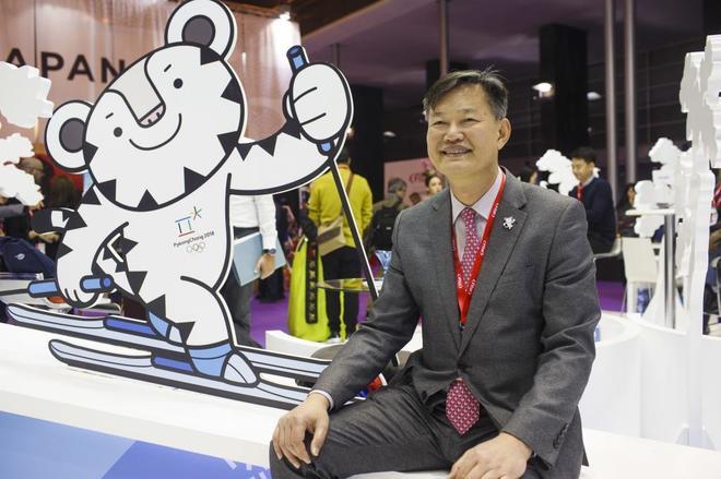 Minhong Min, vicepresidente para el Turismo en Corea en el stand de Fitur.