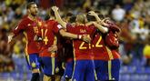Los jugadores de la selección española celebran un gol, durante la...