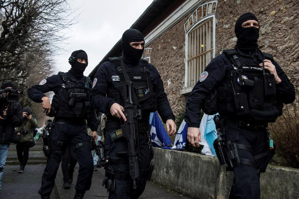 Policías antidisturbios aseguran la salida del furgón que traslada a Jawad Bendaoud al tribunal, en la prisión de Fresnes, al sur de París (Francia).