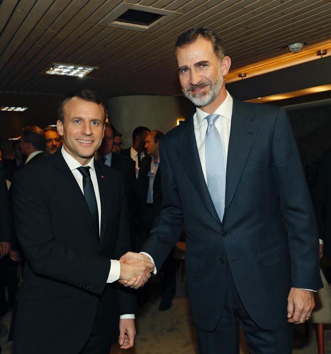 Emmanuel Macron y Felipe VI se saludan durante un encuentro mantenido...