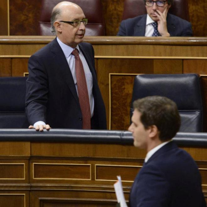 Rivera pasa por delante de Montoro en una sesión en el Congreso.
