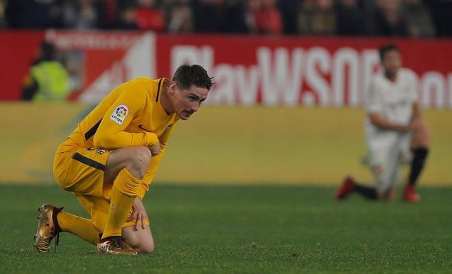 Fernando Torres, sobre el césped del Pizjuán, lamentándose de la...