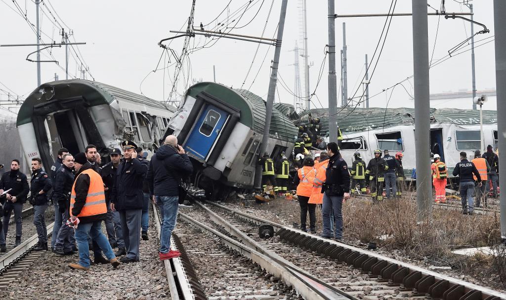 Resultado de imagen para Al menos cuatro muertos y un centenar de heridos en el descarrilamiento de un tren en Milán