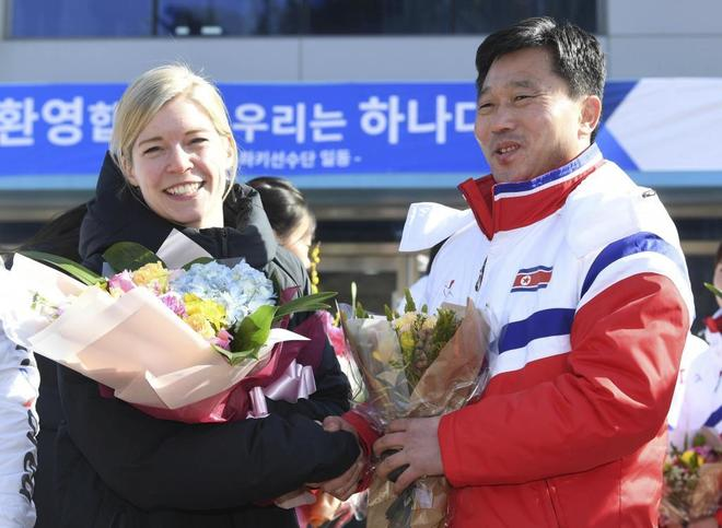 La entrenadora del equipo de hockey de las dos Coreas, Sarah Murray, y su homónimo norcoreano, Pak Chol-ho, en Jincheon (Corea del Sur).