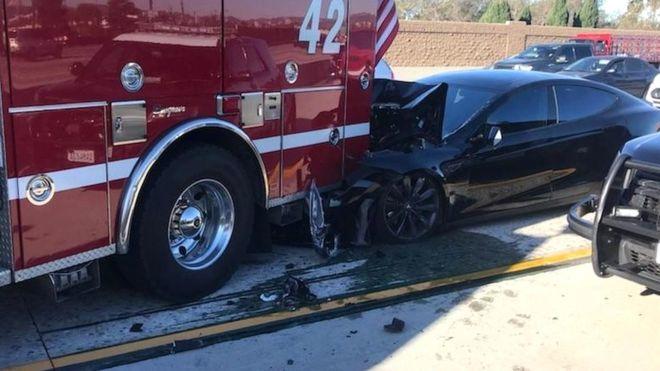 Estado en el que quedó el Tesla Model S tras chocar con un camión de...