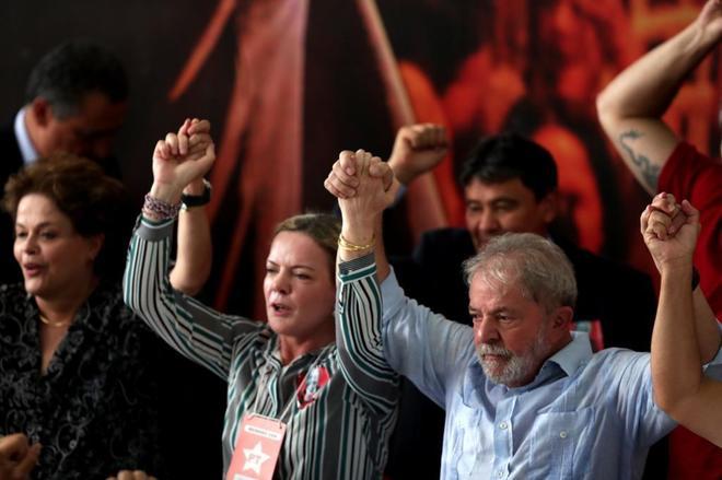 El ex presidente brasileño alza los brazos junto a la presidenta del PT, Gleissi Hoffmann.