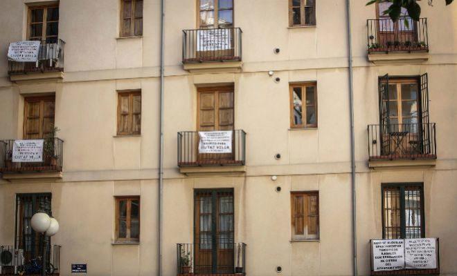 50dd05f54c82b Carteles en un edificio de Valencia donde se denuuncia la existencia de apartamentos  turísticos ilegales. JOSÉ CUÉLLAR