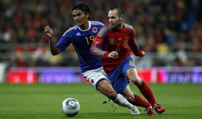 Iniesta intenta llevarse el balón durante el amistoso disputado en febrero de 2011 ante Colombia.