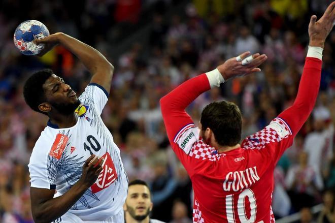 Dika Mem (izda.) con el balón ante el croata Jakov Gojun.