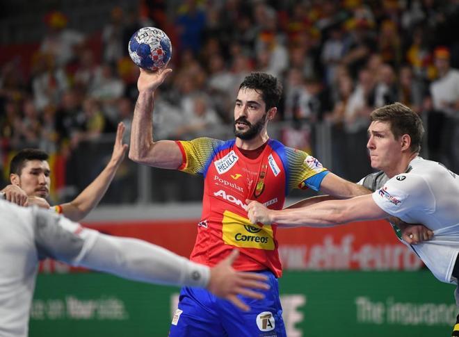 Raúl Entrerrios, con el balón, durante el partido de la segunda fase ante Alemania.