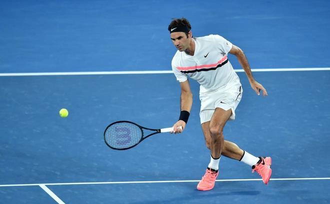 Roger Federer golpea una volea de revés en su partido frente a Hyeon...