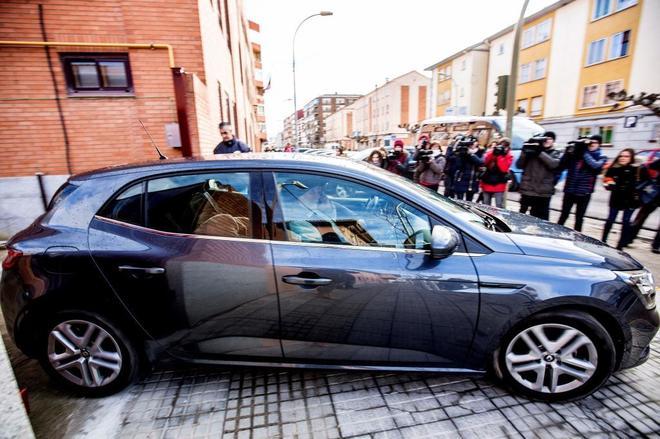 Un vehículo de la Policía Nacional abandona el juzgado con la menor amiga de la niña.