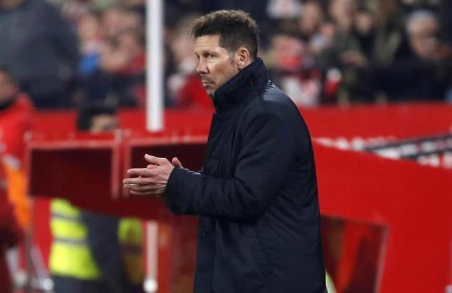 Simeone aplaudiendo al árbitro después de su expulsión en el...