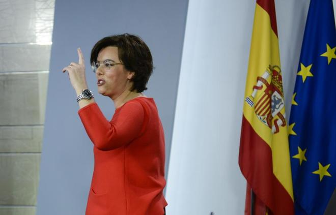 La vicepresidenta del Gobierno, Soraya Sáenz de Santamaría, ayer,...