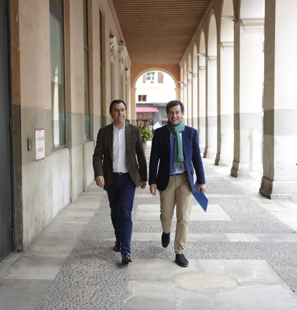Martínez Maíllo y Biel Comapany, dirigiéndose a la sede del PP.