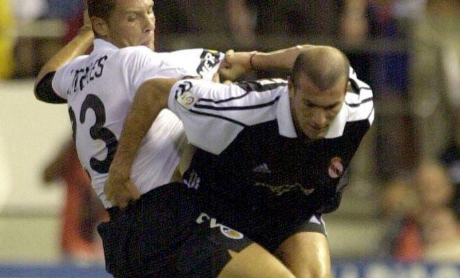 Zidane, junto a Curro Torres, durante su primer partido con el Madrid en Mestalla, en 2001.