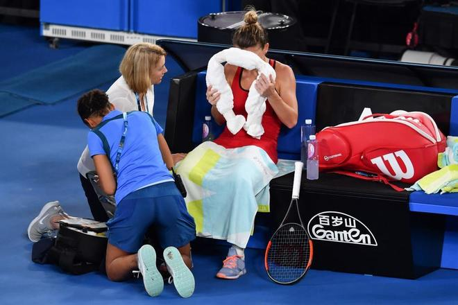 Simona Halep siendo atendida durante el segundo set.