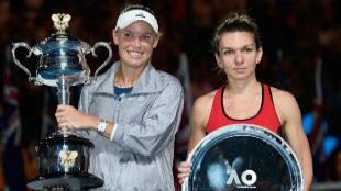 Caroline Wozniacki y Simona Halep, durante la entrega de trofeos.