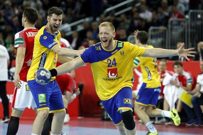 Jim Gottefridsson (24) y Niclas Ekberg celebran la victoria ante Dinamarca, el viernes.