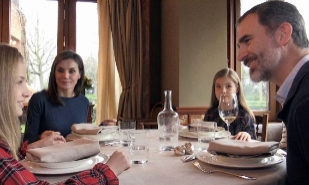 Los Reyes comen junto a sus hijas Leonor y Sofía en Zarzuela