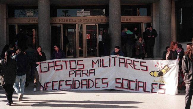 Manifestación de insumisos contra el servicio militar, en 1997, ante...